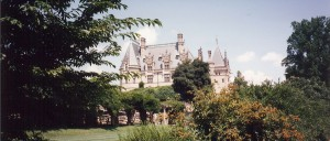 Gorgeous view of the Biltmore castle from the gardens (Photo Credit: wikipedia)
